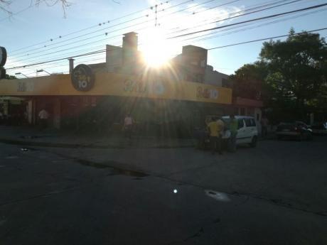 Casa Con Un Amplio Espacio Comercial Ubicado A Escasos Pasos De La Av. Busch!!