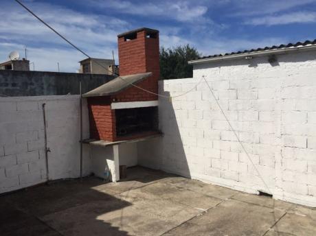 Casa Con Gran Depósito Y Entrada Independiente