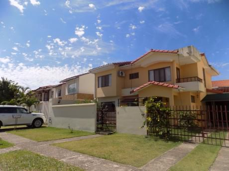 Casa En Venta UrbanizaciÓn La Hacienda I, 5to Anillo Entre Av. Beni Y Av. Banzer