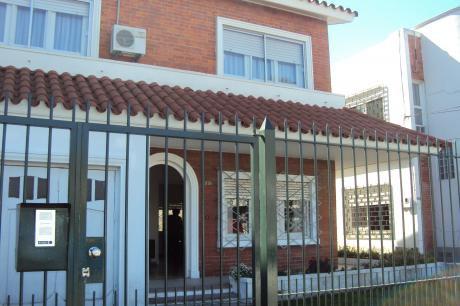 Casa De Dos Plantas En La Blanqueada