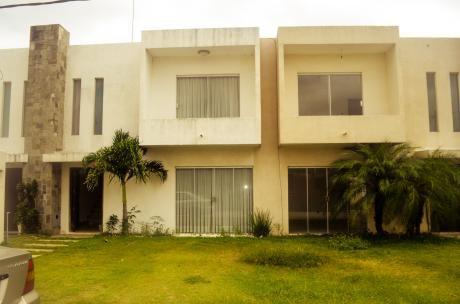 Casa En Condominio Villa Del Este I, A  50 M De La Carretera 95.000 $us