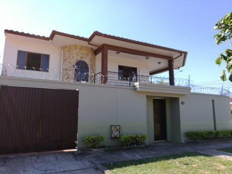 Vivienda O Negocio En Esquina, Casa De 2 Pisos Con 6 Dormitorios, 2 Garajes.....