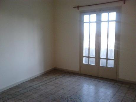 Casa Al Frente Con Balcon Excelente Ubicacion. Ideal Empresa!!