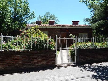 Chalet De Tejas Con Apto Y Garage Alquilado En $12.000