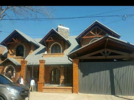 Se Vende Casa De 4 Dormitorios En Suite, En Lambaré