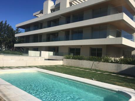 Carrasco.  Apartamento Con Jardin  Uso Exlusivo. 3 Dormitorios Con Garaje. !!