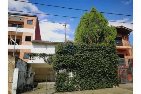 Casa Con Excelente Ubicación En Barrio Jara