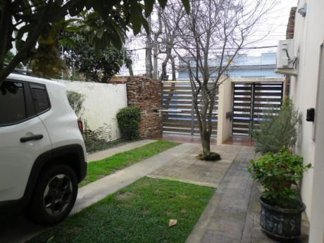 Casa De Dos Plantas, 4 Dormitorios, 3 Baños, Terraza Y Fondo Con Parrillero