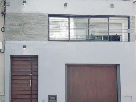 Hermosa Casa Con Patio Y Garage Para Entrar!