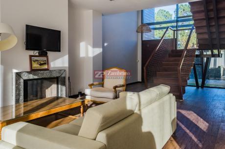 Casa Ph En Carrasco Sur, 2 Dormitorios Uno En Suite Y Jardín Con Parrillero