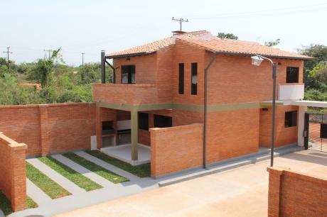 Casa De 2 Dormitorios En Condominio Luque - Zona Rakiura