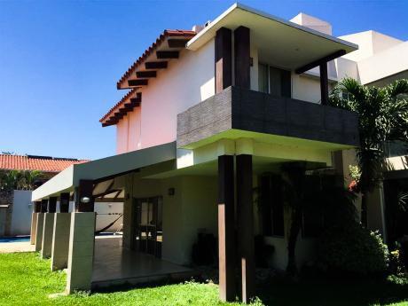 Casa De Lujo En Venta, Entre 3ro Y 4to Anillo, Zona Hospital Japonés