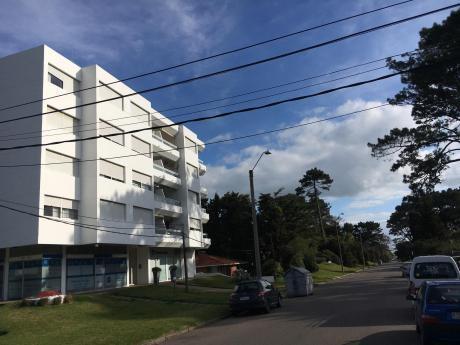 Apartamento En Punta Del Este Sobre Av. Roosvelt