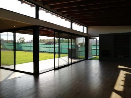 3 Dormitorios En 1 Planta Con Amplio Jardín Con Parrillero