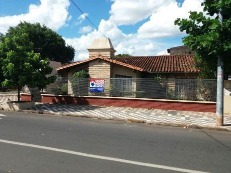 Amplia Casa En Esquina Con Piscina!!! Precio Noegociable!!!!