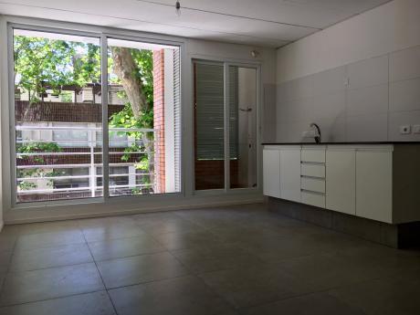 Apartamento Al Frente Con Balcón - Próximo A La Rambla
