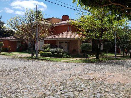 Alquilo Casa En Carmelitas Ideal Para Empresas, Restaurantes O Spa .