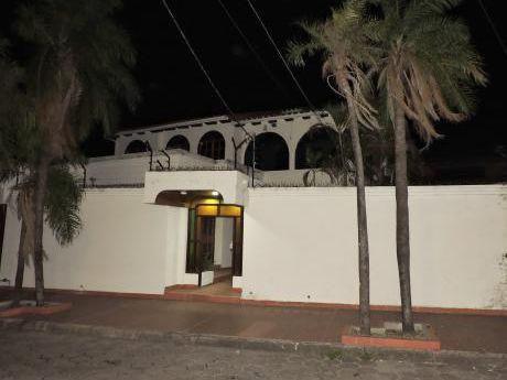 En Alquiler Amplia Y Cómoda Casa Dentro Del 2do Anillo - Zona Sur