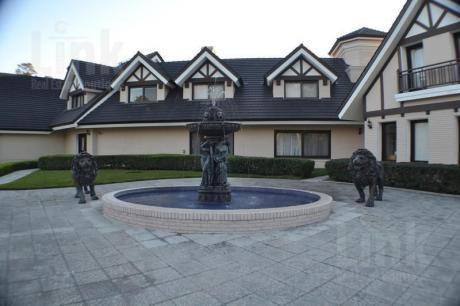 Muy Amplia Casa Con 7 Dormitorios En Suite Y Jardín Muy Bien Decorado