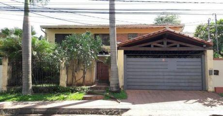 Hermosa Casa Con Piscina Sobre Av. Molas Lopez