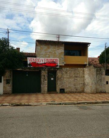 En Barrio San Vicente, Casa En Tres Niveles, A Una Cuadra Y Media De Felix Bogado!!!
