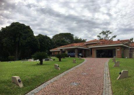 Hermosa E Imponente Casa Sobre El Campo De Golf Del Yacht Y Golf Club Lambare!!