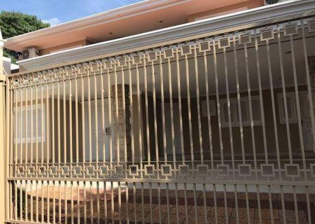 Alquilo Amplia Casa En Barrio Herrera A Cuadras De La Municipalidad De Asuncion