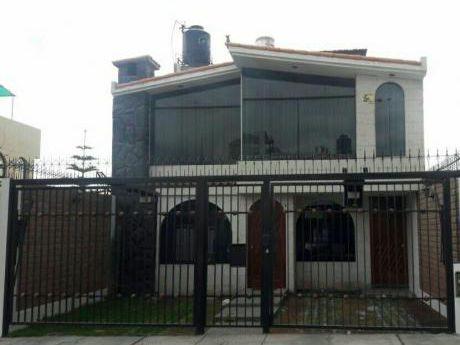Alquilo Linda Casa En Urb. Privada De Cerro Colorado A Dos Cuadras De Metro