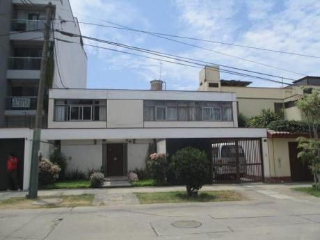 Casa Frente A Parque En San Borja Excelente Ubicación Y Conservada.