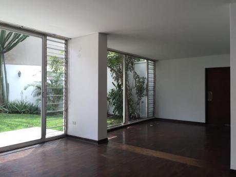 Venta Casa Miraflores - Zona Tranquila, Buena Distribución, 3 Cocheras