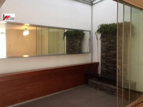 Vendo Elegante Casa Remodelada Con Acceso A Jardin Privado San Isidro