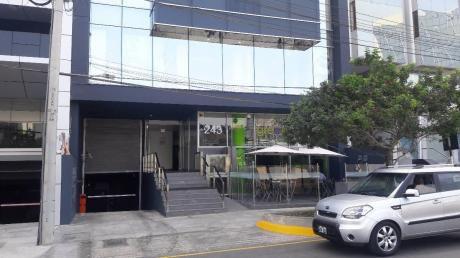 Funcional Oficina Implementada En El Corazón Financiero De San Isidro