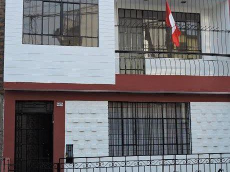 Linda Casa De 3 Pisos Remodelada De 6 Dorm. A 2 Cdras De La Plaza De La Bandera