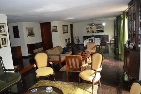 San Isidro, Bonita Casa En Venta Frente A Parque