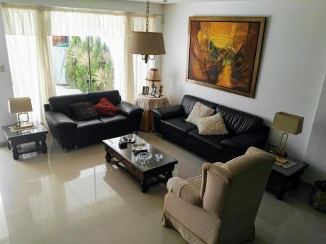 Casa De 3 Pisos En Venta En El Golf, Trujillo