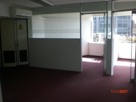 Oficina En Edif. Empresarial Representativo. 85 M2. 6 Ambientes. Aire Acondic.