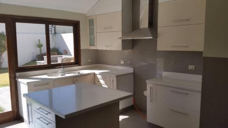 Hermosa Casa En Exclusiva Zona Cerro Colorado - En Venta