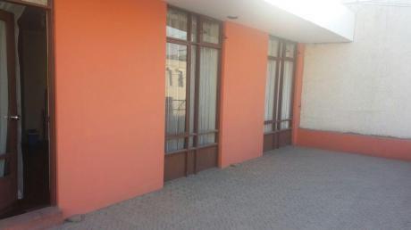 Amplia Casa En Venta De 2 Pisos, En Pleno Centro De La Ciudad