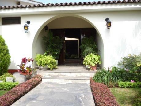 Impecable Residencia De Una Planta, Muy Iluminada, 4 Dorm., Hermoso Jardín