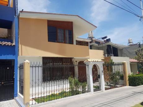 Ahas Inmobiliaria Vende Bonita Casa Frente A Parque De 02 Pisos En Jlb Y Rivero