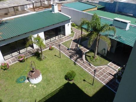 Apartamento En Edificio Frente A La Rambla, Cochera Y Portería Con Bajos Gastos Comunes