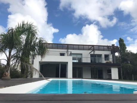 Espectacular Casa Minimalista En Excelente Ubicación En La Tahona