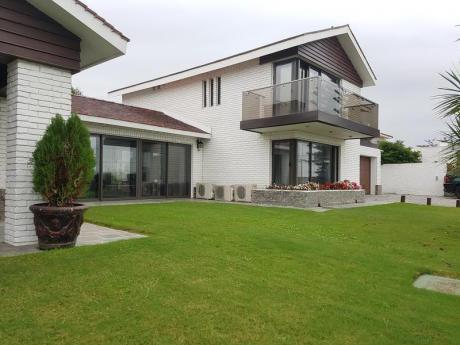 Suntuosa Casa Frente A La Rambla Con Frente 30m